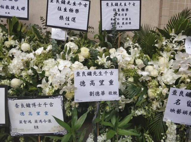 Tang lễ nhà văn Kim Dung: Lưu Đức Hoa, Huỳnh Hiểu Minh cùng dàn nghệ sĩ gửi hoa trắng rợp trời - Ảnh 13.