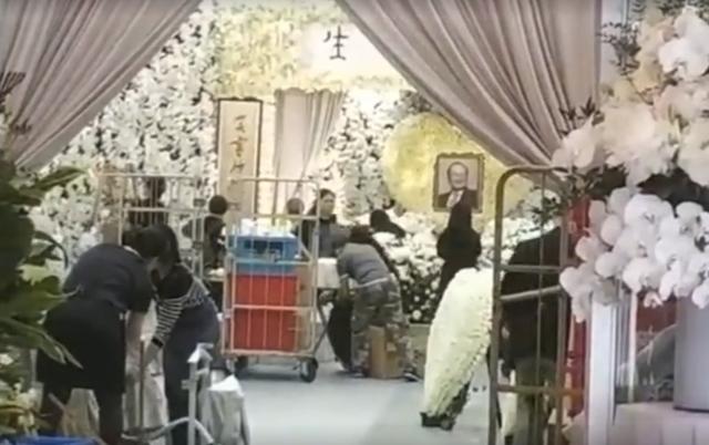 Tang lễ nhà văn Kim Dung: Lưu Đức Hoa, Huỳnh Hiểu Minh cùng dàn nghệ sĩ gửi hoa trắng rợp trời - Ảnh 15.
