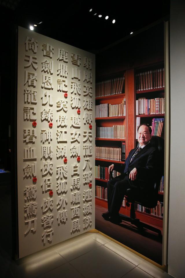 Tang lễ nhà văn Kim Dung: Lưu Đức Hoa, Huỳnh Hiểu Minh cùng dàn nghệ sĩ gửi hoa trắng rợp trời - Ảnh 17.