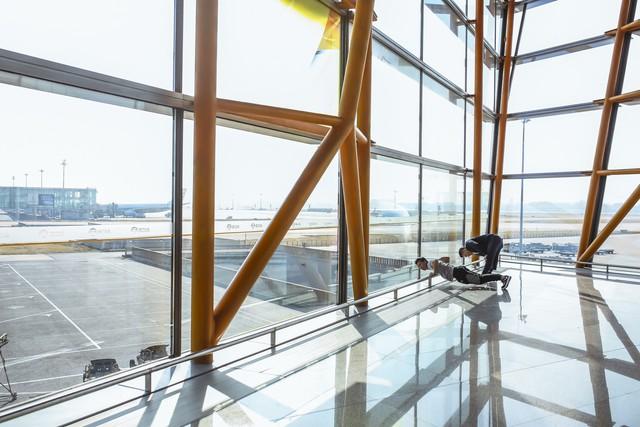 Anh em Quốc Cơ - Quốc Nghiệp tập luyện ngay tại sân bay, đã có mặt tại Ý để xác lập kỉ lục Guiness - Ảnh 3.