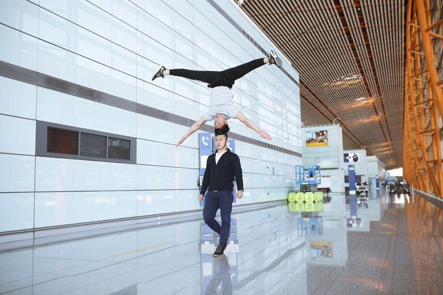 Anh em Quốc Cơ - Quốc Nghiệp tập luyện ngay tại sân bay, đã có mặt tại Ý để xác lập kỉ lục Guiness - Ảnh 5.