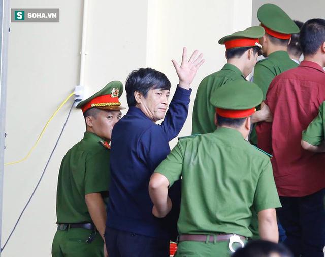Phút tạm biệt người thân của ông trùm cờ bạc Phan Sào Nam ở sân tòa - Ảnh 3.