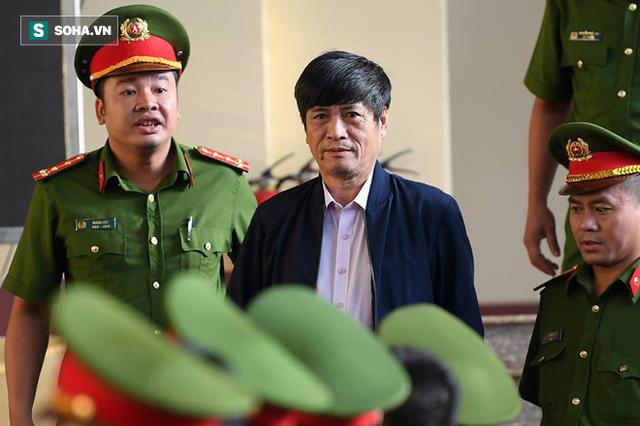 Cựu tướng Nguyễn Thanh Hóa tươi cười, ông Phan Văn Vĩnh liên tục đọc cáo trạng 235 trang - Ảnh 4.