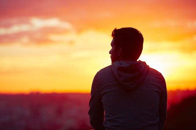 Đừng ôm hận những kẻ chuyên nói xấu sau lưng bạn vì cả đời này họ chỉ đứng sau bạn mà thôi: Cuộc sống là của mình, sao có thể để miệng lưỡi người đời quyết định hạnh phúc? - Ảnh 1.