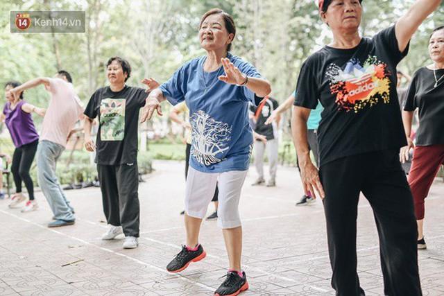 Sung như các cụ bà U80 nhảy Hip hop ở hồ Gươm: Mỗi ngày trồng cây chuối 10 cái, vừa thổi cơm vừa bật nhạc nhảy - Ảnh 2.