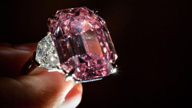 Viên kim cương hồng Pink Legacy đạt giá kỷ lục 50 triệu USD - Ảnh 1.