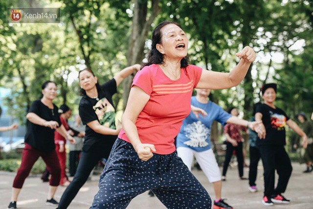 Sung như các cụ bà U80 nhảy Hip hop ở hồ Gươm: Mỗi ngày trồng cây chuối 10 cái, vừa thổi cơm vừa bật nhạc nhảy - Ảnh 3.