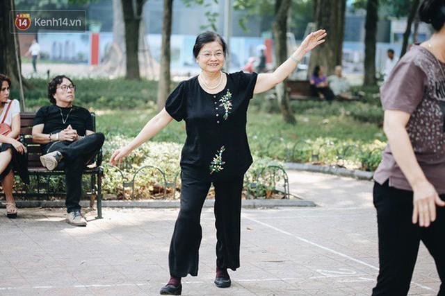 Sung như các cụ bà U80 nhảy Hip hop ở hồ Gươm: Mỗi ngày trồng cây chuối 10 cái, vừa thổi cơm vừa bật nhạc nhảy - Ảnh 10.