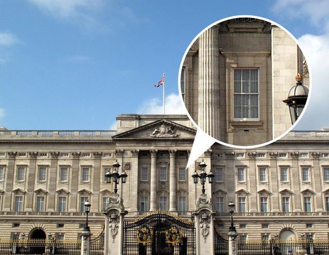9 bí mật bất ngờ về Nữ hoàng Anh: Luôn mang theo túi máu và 1 cái móc nhỏ khi ra ngoài - Ảnh 2.