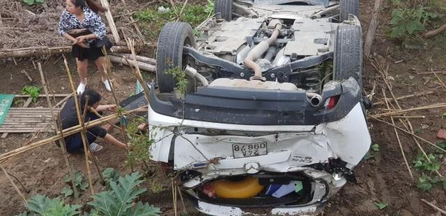 Clip nữ tài xế lùi xe Mazda trúng người đi đường, lao khỏi lan can rơi xuống bờ kè - Ảnh 1.