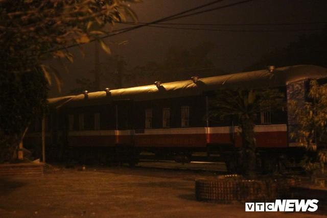 Cận cảnh chuyến tàu rời ga ở Hà Nội chỉ với 2 vị khách nước ngoài, lỗ 10 triệu đồng/ngày - Ảnh 1.