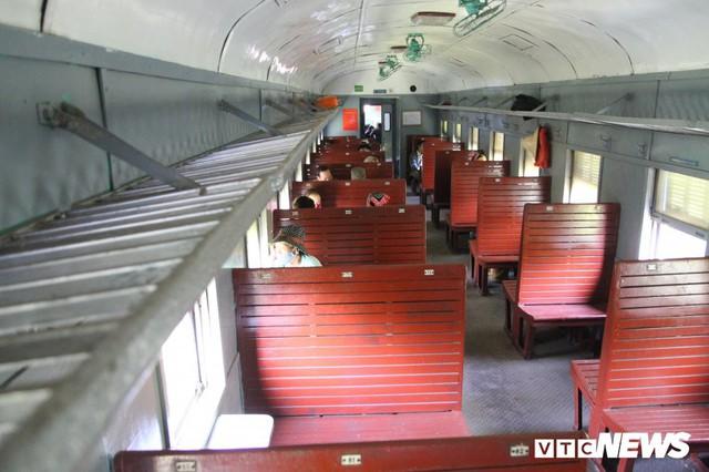 Cận cảnh chuyến tàu rời ga ở Hà Nội chỉ với 2 vị khách nước ngoài, lỗ 10 triệu đồng/ngày - Ảnh 12.