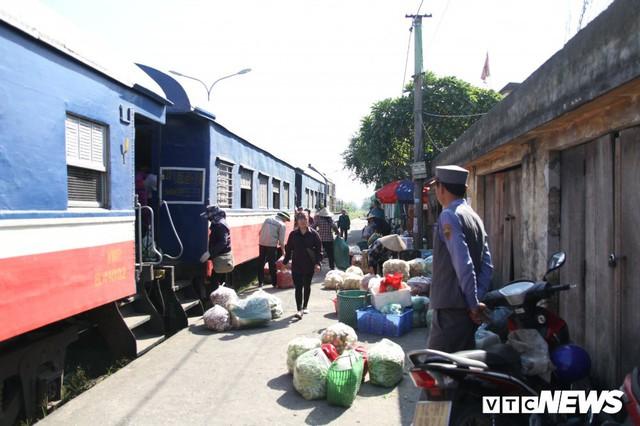 Cận cảnh chuyến tàu rời ga ở Hà Nội chỉ với 2 vị khách nước ngoài, lỗ 10 triệu đồng/ngày - Ảnh 16.
