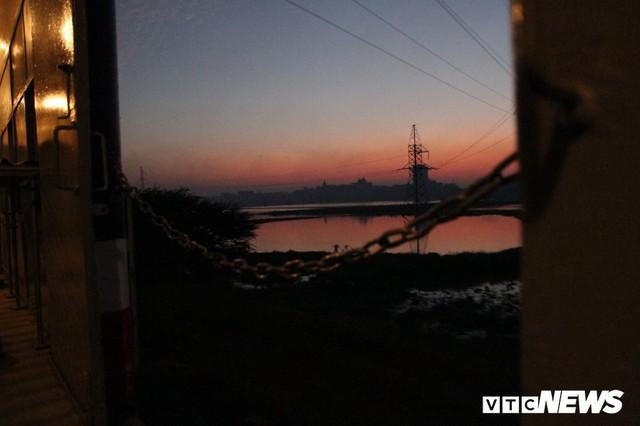 Cận cảnh chuyến tàu rời ga ở Hà Nội chỉ với 2 vị khách nước ngoài, lỗ 10 triệu đồng/ngày - Ảnh 18.