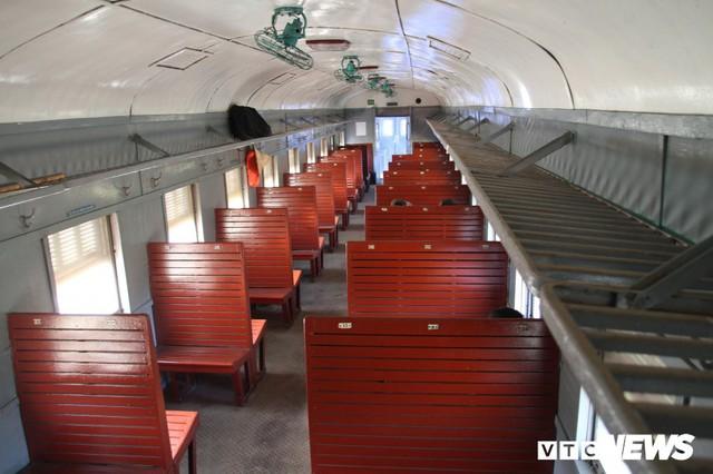 Cận cảnh chuyến tàu rời ga ở Hà Nội chỉ với 2 vị khách nước ngoài, lỗ 10 triệu đồng/ngày - Ảnh 4.