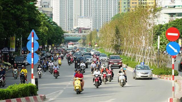 Bất chấp kiểu thời tiết khó chiều ở Hà Nội, hàng phong lá đỏ đổi màu đẹp lãng mạn - Ảnh 5.