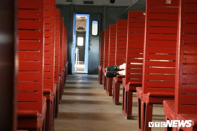 Cận cảnh chuyến tàu rời ga ở Hà Nội chỉ với 2 vị khách nước ngoài, lỗ 10 triệu đồng/ngày - Ảnh 7.