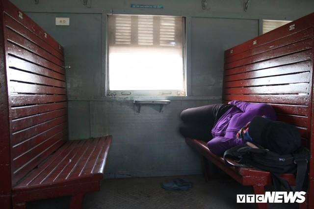 Cận cảnh chuyến tàu rời ga ở Hà Nội chỉ với 2 vị khách nước ngoài, lỗ 10 triệu đồng/ngày - Ảnh 9.