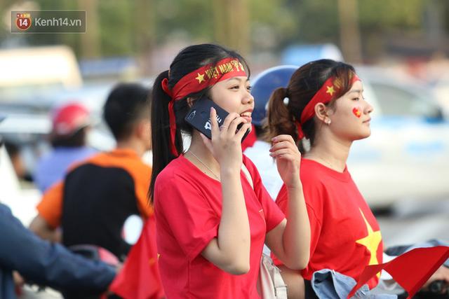 Loạt CĐV nữ xinh xắn chiếm spotlight trước đại chiến Việt Nam - Malaysia - Ảnh 1.
