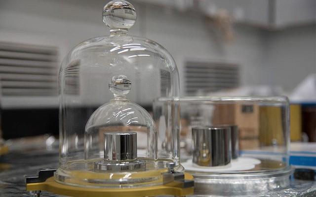 Lịch sử hơn 1 thế kỷ của quả cân 1 kilogram được cất giữ như bảo vật trong hầm ở Pháp - Ảnh 3.