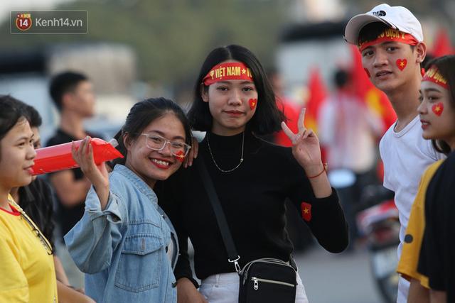 Loạt CĐV nữ xinh xắn chiếm spotlight trước đại chiến Việt Nam - Malaysia - Ảnh 8.