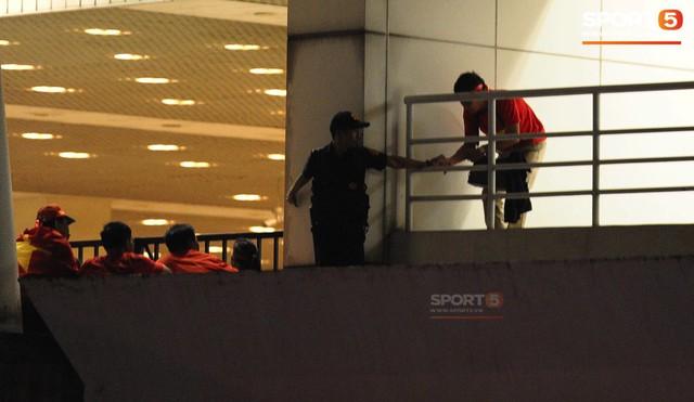 Vào sân Mỹ Đình không cần vé: Nhân viên an ninh biến thành những kẻ reo rắc sự bất công - Ảnh 1.
