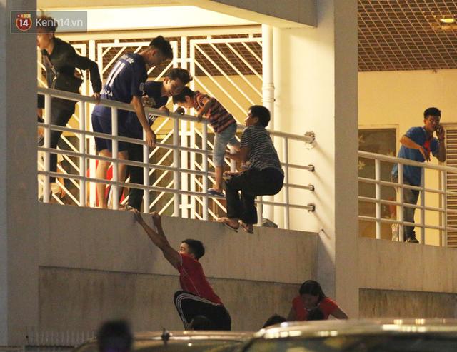 Vào sân Mỹ Đình không cần vé: Nhân viên an ninh biến thành những kẻ reo rắc sự bất công - Ảnh 2.