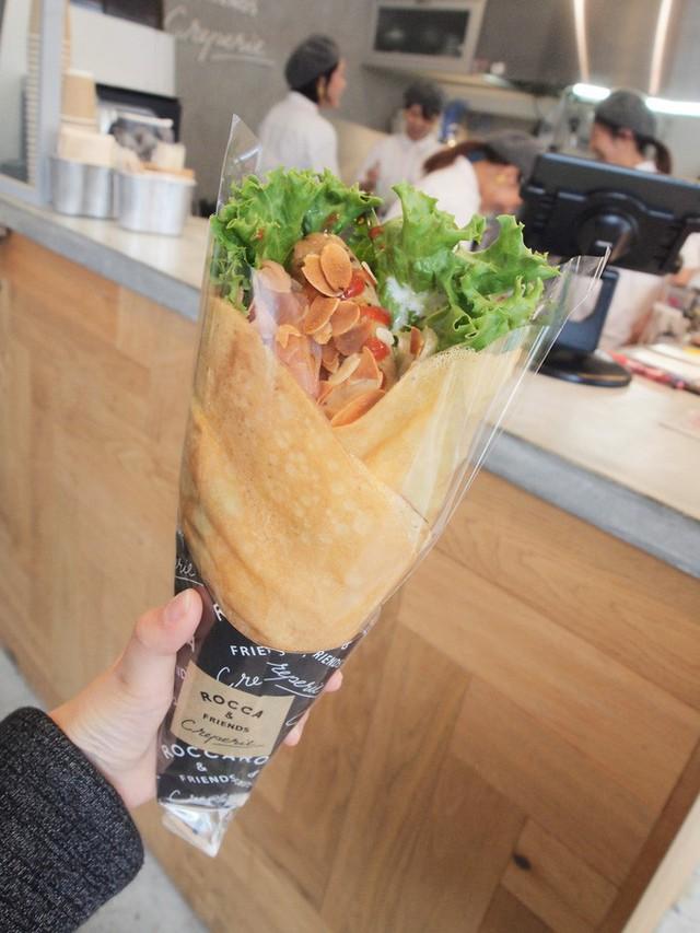 Chỉ từ bánh crepe mà cửa hàng này đã tạo ra 1001 kiểu thưởng thức, thậm chí ăn cùng pate gan, đồ chua như ở Việt Nam - Ảnh 11.