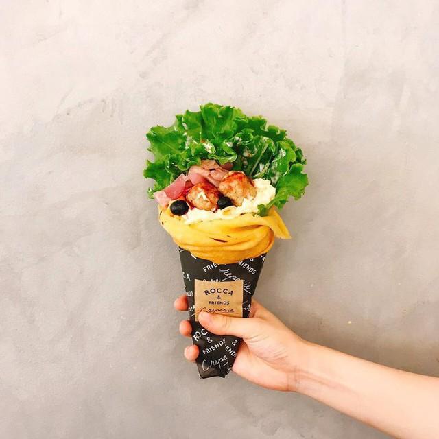 Chỉ từ bánh crepe mà cửa hàng này đã tạo ra 1001 kiểu thưởng thức, thậm chí ăn cùng pate gan, đồ chua như ở Việt Nam - Ảnh 3.