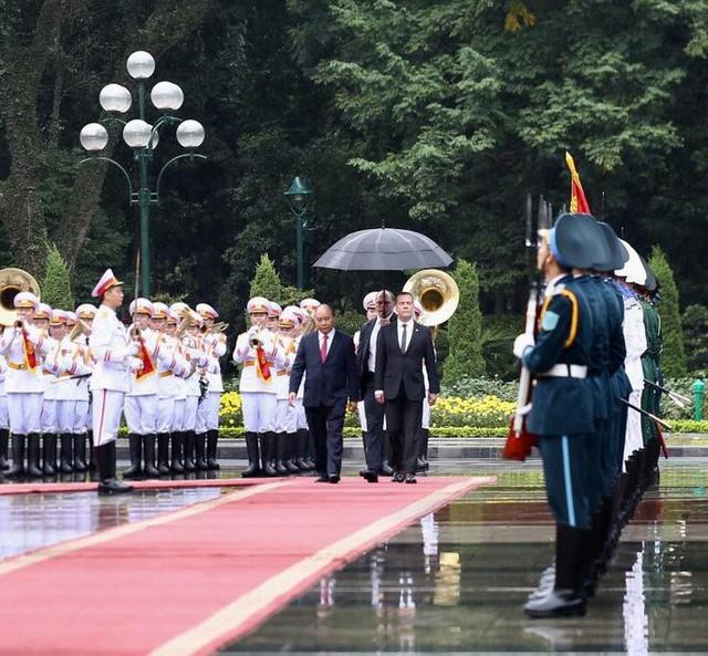 Cận cảnh lễ đón Thủ tướng Nga Dmitry Medvedev tại Phủ Chủ tịch - Ảnh 3.