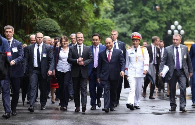 Cận cảnh lễ đón Thủ tướng Nga Dmitry Medvedev tại Phủ Chủ tịch - Ảnh 6.
