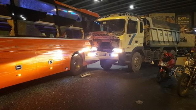 Gần chục hành khách hoảng loạn, kêu cứu khi xe Phương Trang va chạm với xe ben ở Ngã tư Hàng Xanh - Ảnh 1.