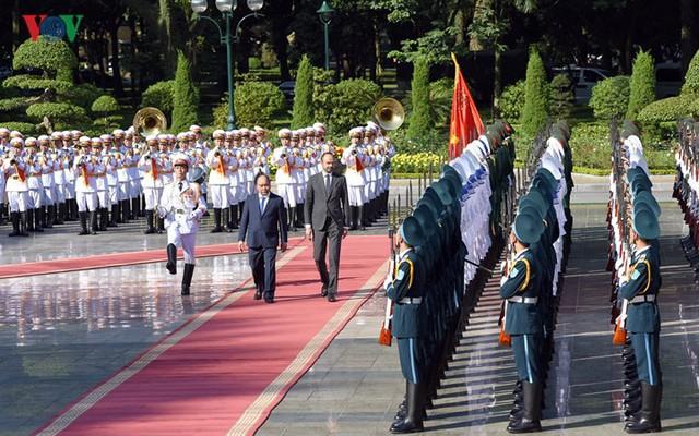 Hình ảnh lễ đón trọng thể Thủ tướng Pháp thăm chính thức Việt Nam - Ảnh 6.