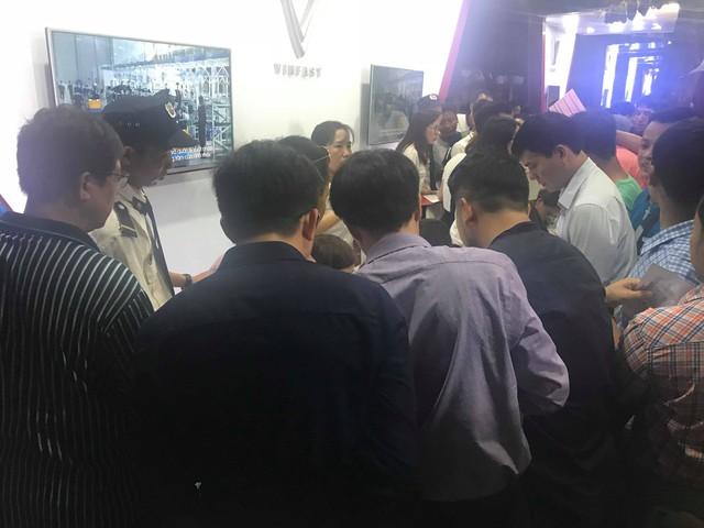 VinFast Klara giảm giá sâu ngày đầu ra mắt, người Việt đổ xô đi mua - Ảnh 8.
