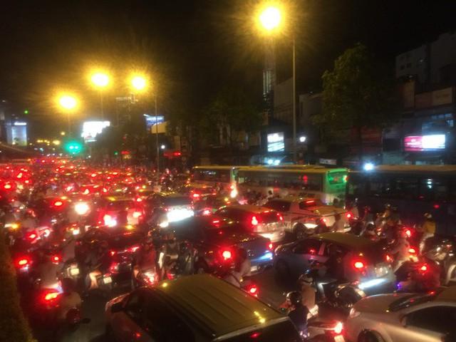 Va chạm liên hoàn trên cầu vượt Hàng Xanh, giao thông tê liệt nhiều giờ - Ảnh 2.