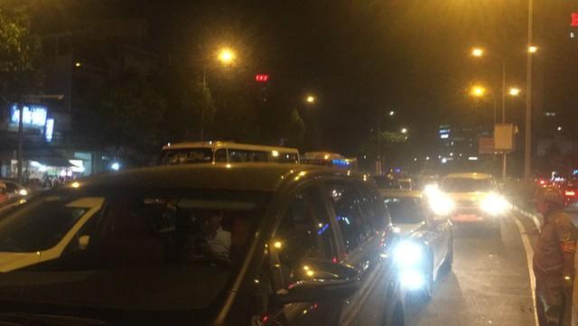 Va chạm liên hoàn trên cầu vượt Hàng Xanh, giao thông tê liệt nhiều giờ - Ảnh 4.
