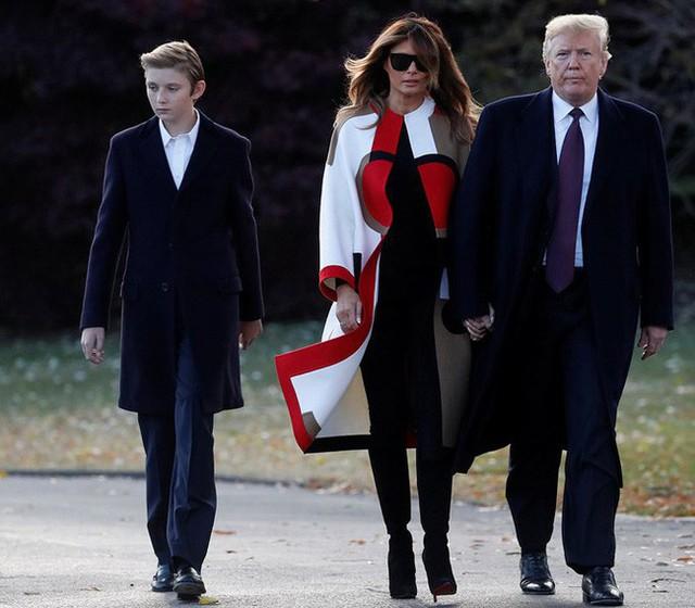 Con trai út tổng thống Trump gây sốt trên truyền thông vì vẻ đẹp trai lạnh lùng trong bức ảnh gia đình mới nhất - Ảnh 1.