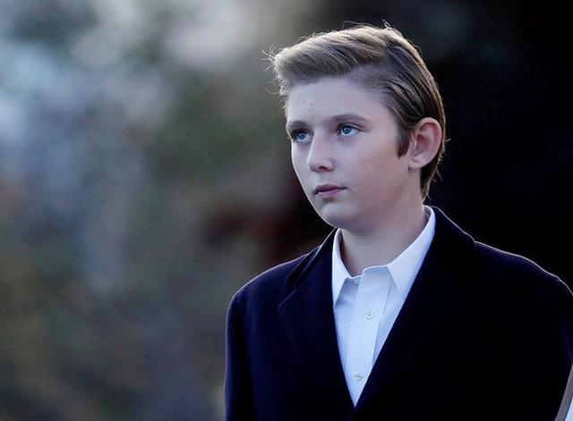 Con trai út tổng thống Trump gây sốt trên truyền thông vì vẻ đẹp trai lạnh lùng trong bức ảnh gia đình mới nhất - Ảnh 2.