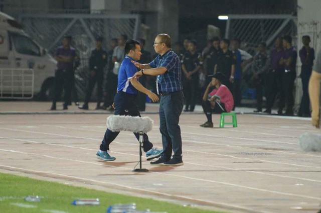 Thầy Park từ chối bắt tay HLV Myanmar: Điều bất biến trong cơn giận dữ - Ảnh 1.