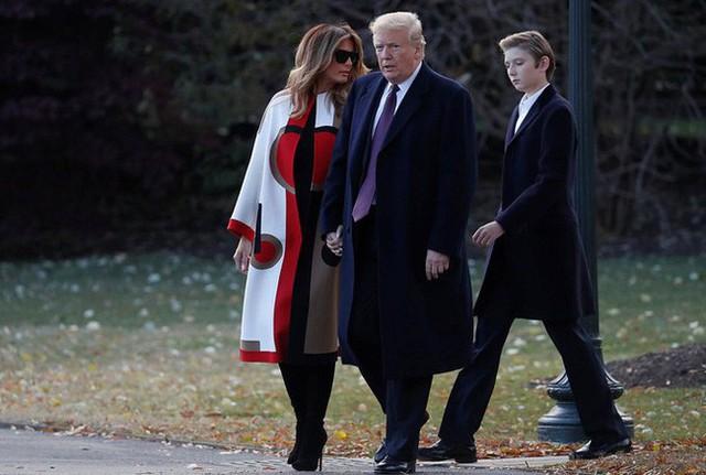 Con trai út tổng thống Trump gây sốt trên truyền thông vì vẻ đẹp trai lạnh lùng trong bức ảnh gia đình mới nhất - Ảnh 3.