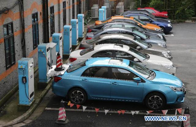 Trung Quốc đang cổ vũ cho xe điện thay thế xe xăng như thế nào? - Ảnh 1.