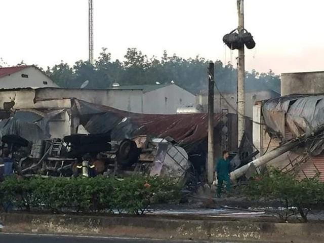 Xe bồn chở xăng tông cột điện rồi bốc cháy kinh hoàng, ít nhất 6 người tử vong - Ảnh 2.