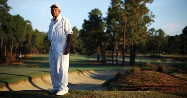 Nhìn lại sự nghiệp của caddie huyền thoại Willie McRae, suốt 75 năm sát cánh cùng các Tổng thống Mỹ trên sân golf - Ảnh 2.