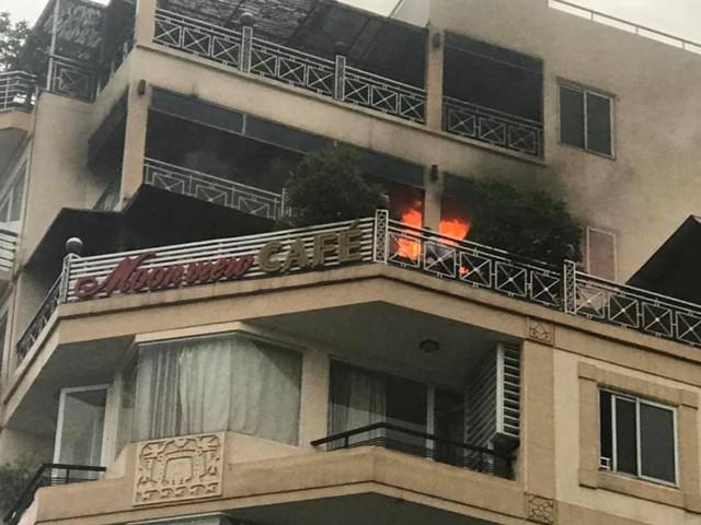 Cháy khách sạn trên phố cổ Hà Nội, du khách hoảng loạn tháo chạy - Ảnh 1.