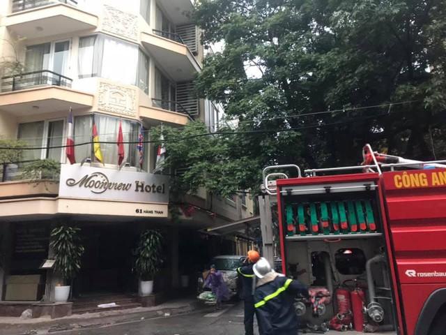 Cháy khách sạn trên phố cổ Hà Nội, du khách hoảng loạn tháo chạy - Ảnh 2.