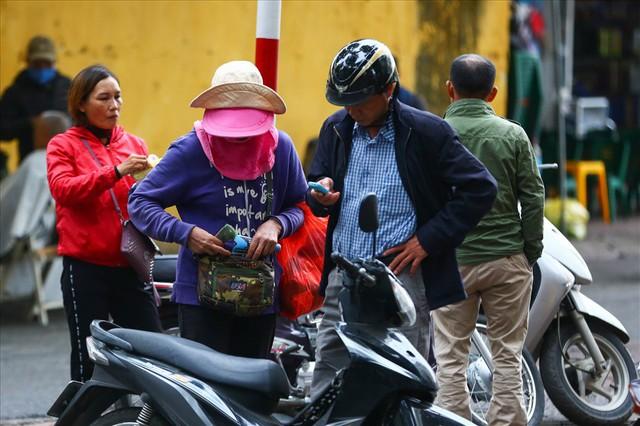 Vé chợ đen trận Việt Nam – Campuchia cao chót vót, khán giả vẫn chờ giờ G - Ảnh 1.
