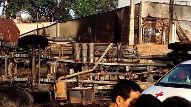 Xe bồn chở xăng tông cột điện rồi bốc cháy kinh hoàng, ít nhất 6 người tử vong - Ảnh 4.