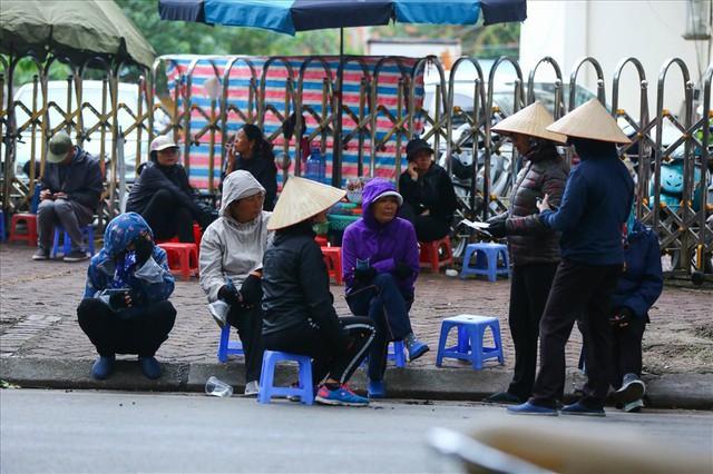 Vé chợ đen trận Việt Nam – Campuchia cao chót vót, khán giả vẫn chờ giờ G - Ảnh 3.