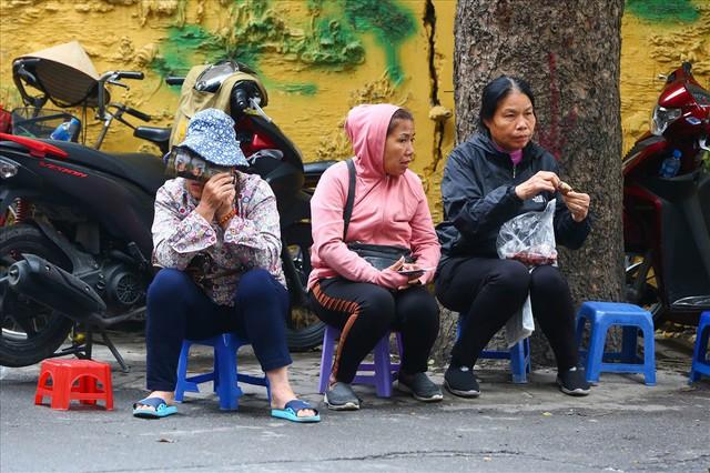 Vé chợ đen trận Việt Nam – Campuchia cao chót vót, khán giả vẫn chờ giờ G - Ảnh 4.
