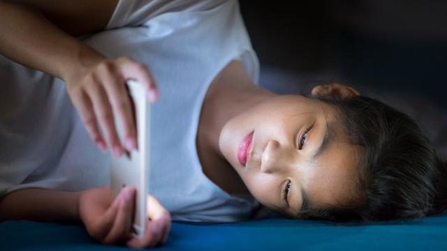 Sạc pin điện thoại qua đêm: Thói quen tưởng vô hại nhưng lại khiến bạn hao tài tốn của - Ảnh 2.
